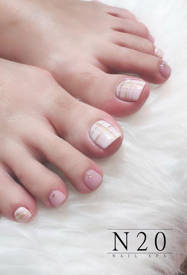 Dainty Pedicure Nail Art - White & Gold Gridlines on White & Pink Base - N20 Nail Spa